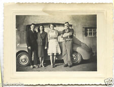 Photo ancienne portrait de famille devant voiture ancienne - an. 1950