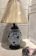 TRADITIONAL ASIAN JAR FLORAL BLUE & WHITE ORIENTAL TABLE LAMP PALE GOLD SHADE