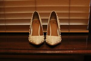 BRAND NEW Shoedazzle White Spiked Pumps size 7 1/2 free shipping !!