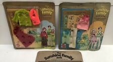 Lot 2 Tenues THE SUNSHINE FAMILY (+1 incomplète) Mattel 7266 & 7268, 1974 - Neuf