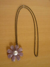 Lange gunblack ketting met paarse parelmoeren bloem hanger met centrale parel