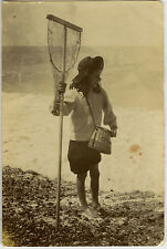 PHOTO ANCIENNE - VINTAGE SNAPSHOT - FILLE MER PÊCHE ÉPUISETTE - GIRL FISHING