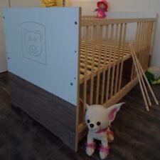 Lit à Barreaux Bébé Complet Lot Enfant 60x120cm Convertible Marron-Blanc Gravure