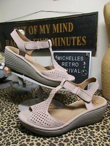 Clarks 9 W Wide Reedly Waylin T-Strap Wedge Sandals Sand Tan Beige Leather EUC