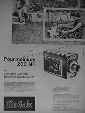 PUBLICITÉ KODAK LA NOUVELLE CAMERA BROWNIE 8 mm INGÉNIEUSE POUR MOINS DE 200 NF