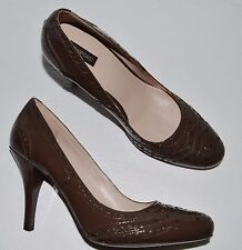 JOAN & DAVID SZ 9.5 M BROWN PATENT LEATHER BROGUE AND SEAMING DETAILED PUMPS