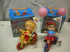 """LOT OF 2 FUNNY TRICYCLES BOY & GIRL WIND UP TOY h=15 cm 5,9"""" CHINA MIB UNPLAYED"""