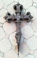 Croix , crucifix en fer forgé aux fleurs de lys
