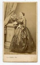 CDV . Photo Victor BECKERS .BESANCON . Femme en robe .