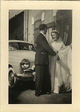 PHOTO ANCIENNE - VINTAGE SNAPSHOT - MARIAGE COUPLE VOITURE DRÔLE - CAR