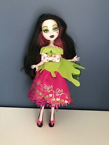 Monster High Draculaura - Scarily Ever After Snow Bite - With Outfit, Shoes, Bag