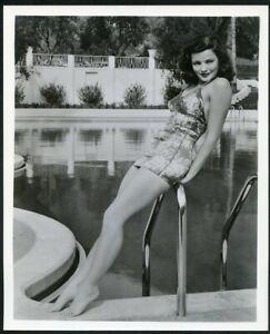 GENE TIERNEY in AMAZING LEGGY POOLSIDE PIN-UP PORTRAIT Original Vtg 1940s Photo