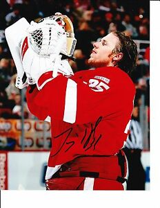 DETROIT RED WINGS JIMMY HOWARD SIGNED FIXING HAIR 8X10