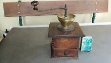Ancien gros moulin à café en bois PEUGEOT avec réceptacle en laiton. haut 14 cm