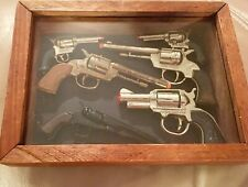 6 MINI TOY GUNS IN WOOD/GLASS CASE: VICTORY, 2 MINI RAYO, OLD TIMER, HONG KONG