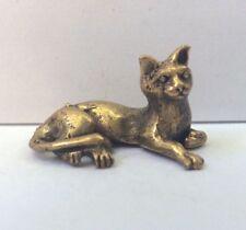 Statuette figurine laiton miniature amulette animal CHAT COUCHE Cambodge a2
