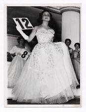 PHOTO DE PRESSE MODE FASHION Femme Portrait Défilé Robe Numéro N° 12 & 8 1950