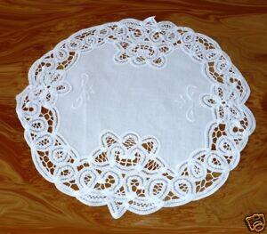 Deckchen  30 cm rund mit Bändchenspitze u. Stickerei weiß + beige 100% Baumwolle