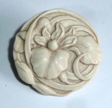 A VINTAGE 1950s CREAM/IVORY COLOURED RESIN FLOWER BROOCH