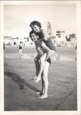 snapshot femme à califourchon sur le dos d'un homme plage vacances boy girl nude