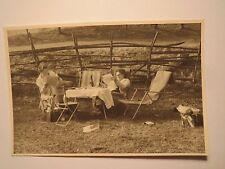 2 Frauen lesen Zeitung im Liegestuhl im Garten / Foto