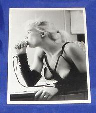 ERIC KROLL Postkarte EROTIK Ak blond model LEDER Busen fetisch thumb licking