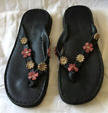 Pretty Black toe post flat mules With Flower Detail size 3 by Wrangler