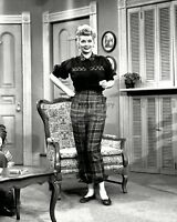 """LUCILLE BALL ON THE SET OF """"I LOVE LUCY"""" - 8X10 PUBLICITY PHOTO (DD-092)"""