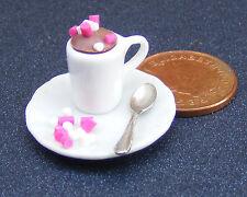 1:12 Scale chocolate caliente en un blanco Taza + Plato Y Cuchara Casa de muñecas en miniatura un