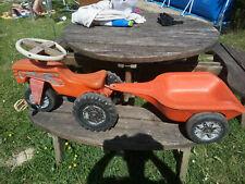 Ancien tracteur 3 roues à pédales et sa remorque