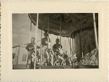 PHOTO ANCIENNE - VINTAGE SNAPSHOT -MANÈGE FÊTE FORAINE ENFANT DRÔLE-CHILD 1958 1