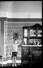 Jeune garçon debout salon buffet - Ancien négatif photo an. 1920
