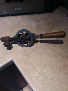 VINTAGE GRAVINER DOUBLE PINNION HAND BRACE DRILL WOOD HANDLES