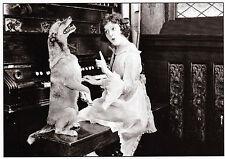 schwarz-weiße Ansichtskarte: Meistersinger - Frau und Hund singen am Klavier