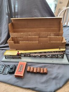 Lionel 362 Vintage O Operating Barrel Loader Ramp With Barrels and Boxes