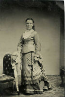VICTORIAN FASHION - ANTIQUE FULL LENGTH TINTYPE PHOTO PORTRAIT OF A YOUNG WOMAN