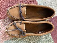Womens size 7 Minnetonka Moccasins brown EUC slight white mark on toe