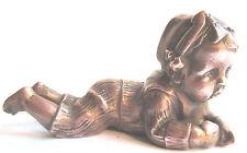 Bébé de piano, métal cuivré, bébé allongé sur le ventre, signé 116