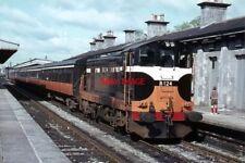 PHOTO  1971 PASSENGER TRAIN AT ATHLONE (MIDLAND) RAILWAY STATION A CIE 121 CLASS