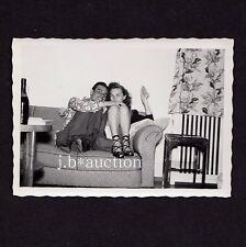 Young apoyarme Hugging on sofa/upskirt/joven pareja * 50s aficionado instantánea