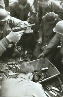 WW II Usa  Photo ** Soldiers  With Spoils Of War  -  Luger`s  **