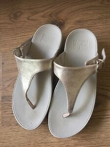 WOMENS GOLD FIT FLOP SIZE 4