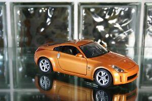 Maisto Nissan 350 Z Diecast 1:18 Scale Car w/ Plastic Display Case
