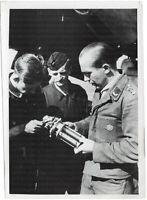 Der Prüfmeister prüft ein Motorenteil. Orig-Pressephoto, von 1942