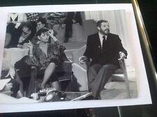 CLAUDIA CARDINALE SUR UN PLATEAU TV. PHOTO ORIGINALE 24x17