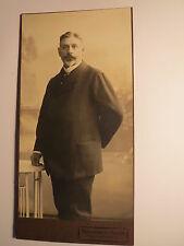 Breslau - stehender Mann mit Bart im Anzug - Kulisse / KAB Photographie-Bazar