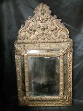 Superbe Miroir à parecloses à fronton en laiton repoussé XIXème