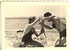 Homme femme sur la plage bord de mer - photo ancienne an. 1950