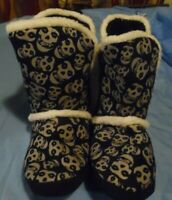 WOMENS SIZE 8 BLACK SKULLS SLIPPERS PULL ON WARM FUZZY TOP NEW