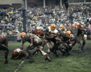 JIM BROWN 8X10 PHOTO CLEVELAND BROWNS PICTURE NFL FOOTBALL MUDDY ACTION